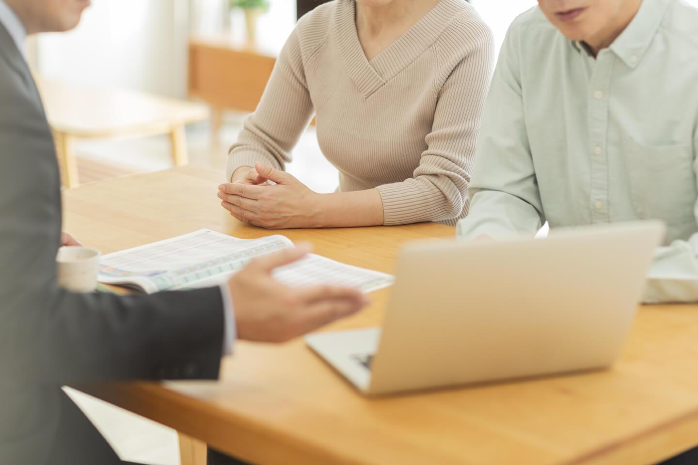 不動産売却の相談をする夫婦