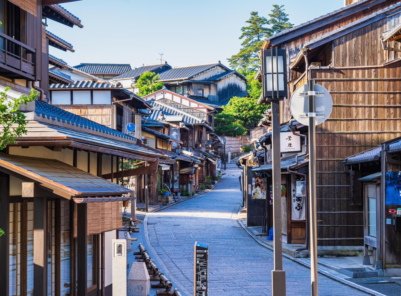 古民家が建ち並ぶ京都の八坂通り
