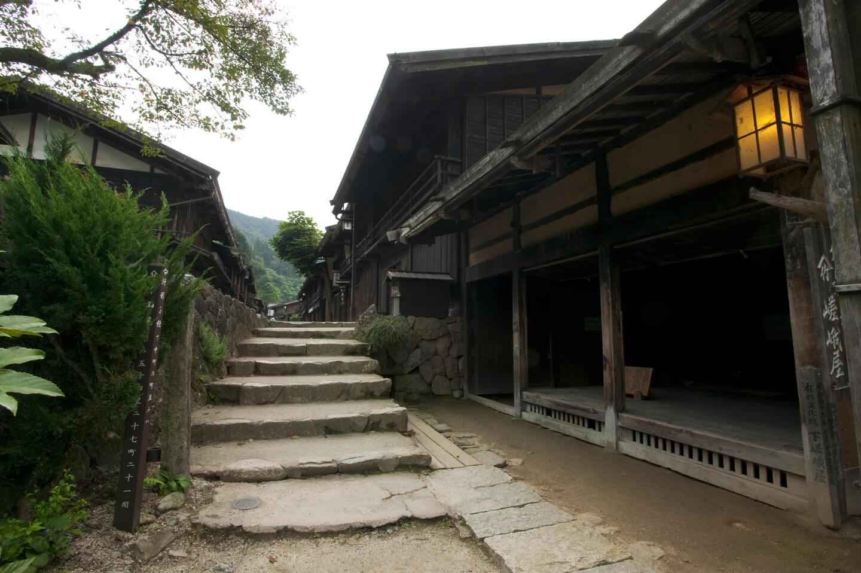 古民家が建ち並ぶ宿場町の風景
