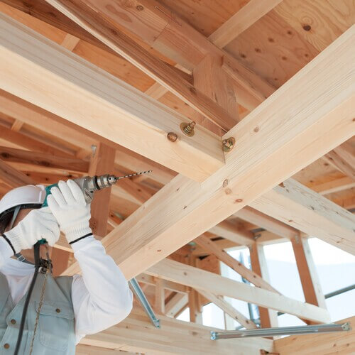 木造建築の大工をしている工事員