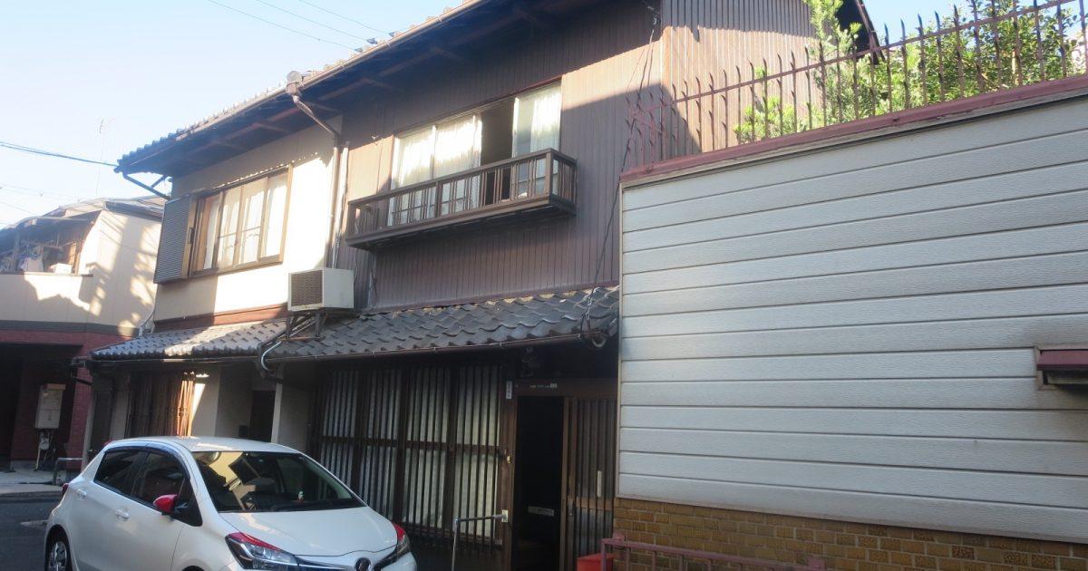 中京区_瓦が通りに崩落しかけている京町家