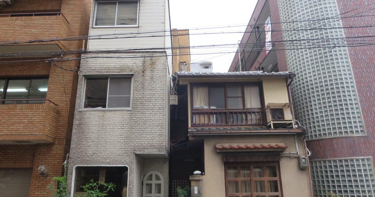 中京区_高い住宅に挟まれている物件