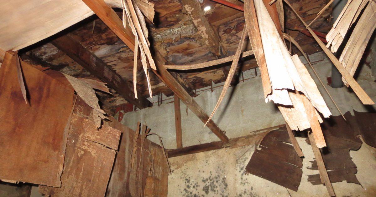北区_屋根に穴の空いた廃屋