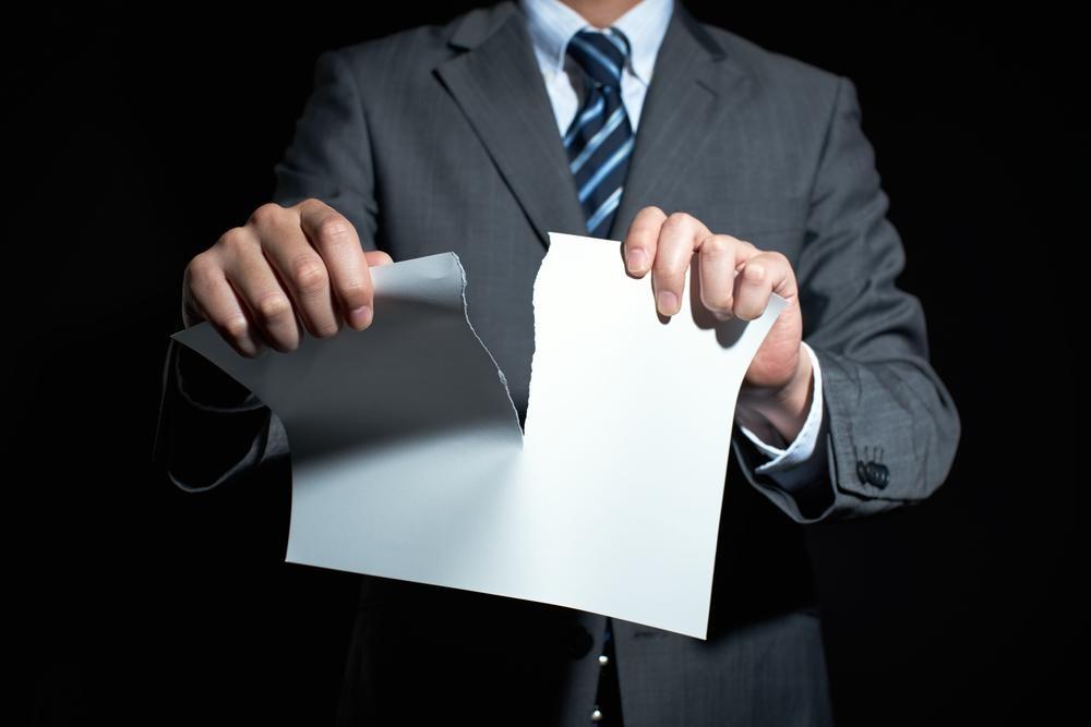 書類を破る